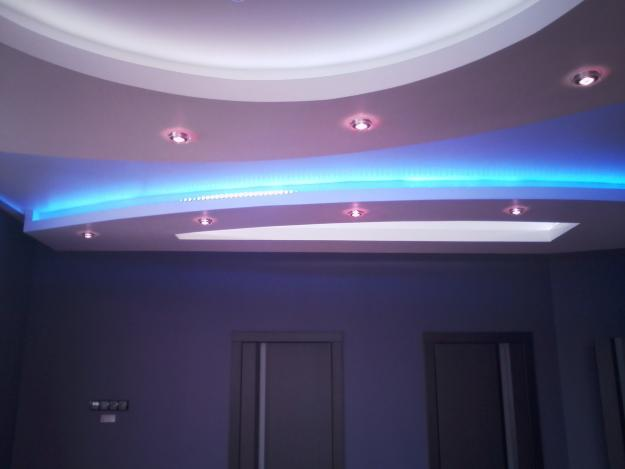 фото Гипсокартонный потолок с точечными светильниками
