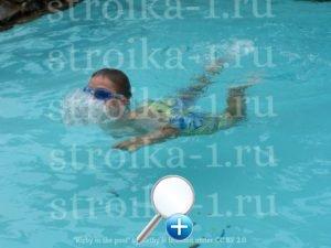 Детям в бассейне понадобятся аксессуары, например, очки для плавания