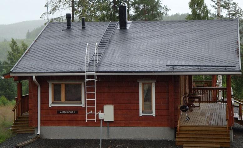 пристенная лестница на крышу частного дома