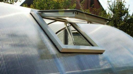 Вентиляционное окно в теплице можно организовать различными способами