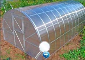 В парнике из поликарбоната можно запросто сделать вентиляцию, не предусмотренную оригинальной конструкцией